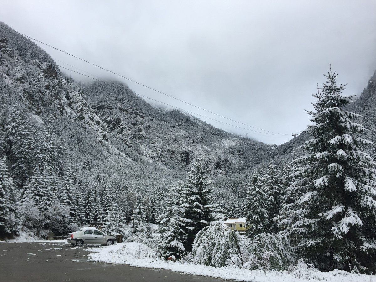 FOTO VIDEO Zăpadă pe Transalpina și Transfăgărășan. Cod galben de vânt puternic și ninsori în zona de munte