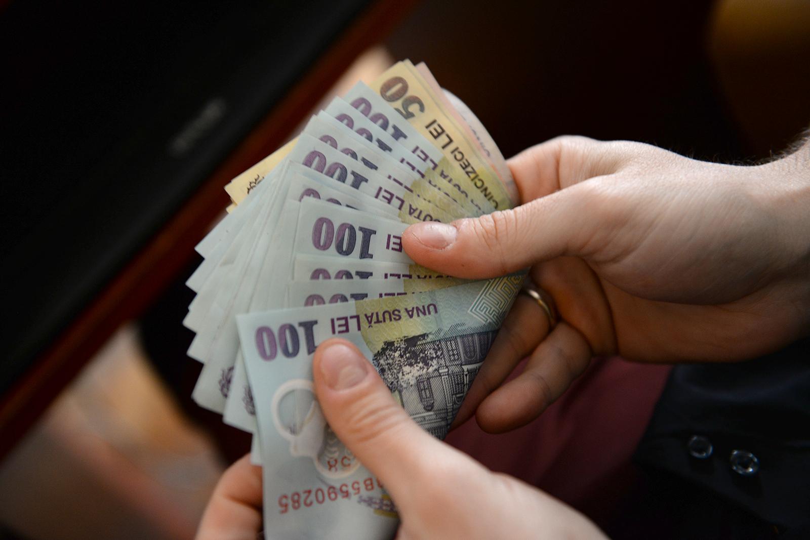 Creșterea economică e doar pe hârtie, jumătate dintre români se împrumută pentru plata facturilor