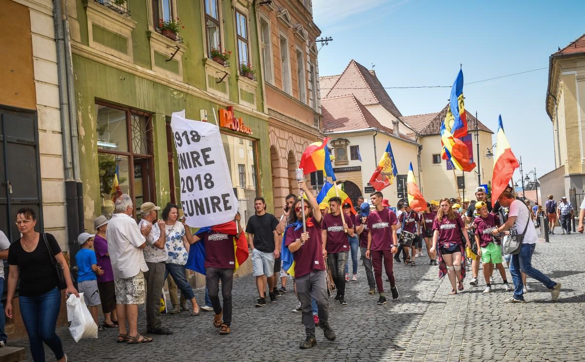 """FOTO Din Alba-Iulia spre Chișinău: Marșul Centenarului a ajuns în Sibiu. """"Prutul este inutil"""""""