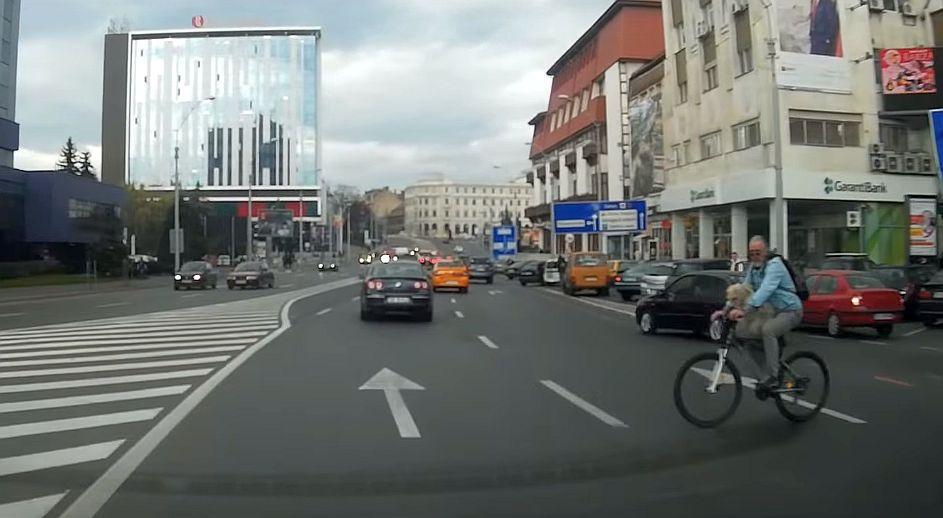 VIDEO – Pe contrasens, fără să se asigure, peste linie continuă: Cum circulă bicicliștii în Sibiu