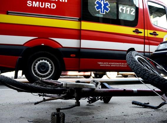 Biciclist accidentat grav în sensul giratoriu. Mergea pe contrasens