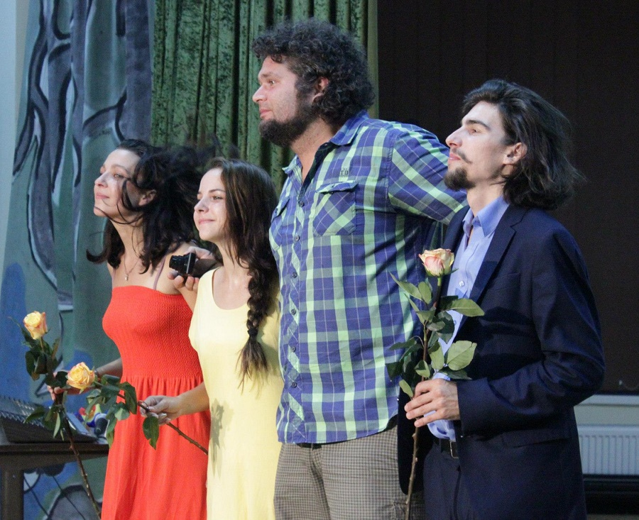 """Prima recunoaștere oficială: spectacolul sibian """"Născut în '90"""", premiat pentru radiografierea ultimilor 25 de ani"""