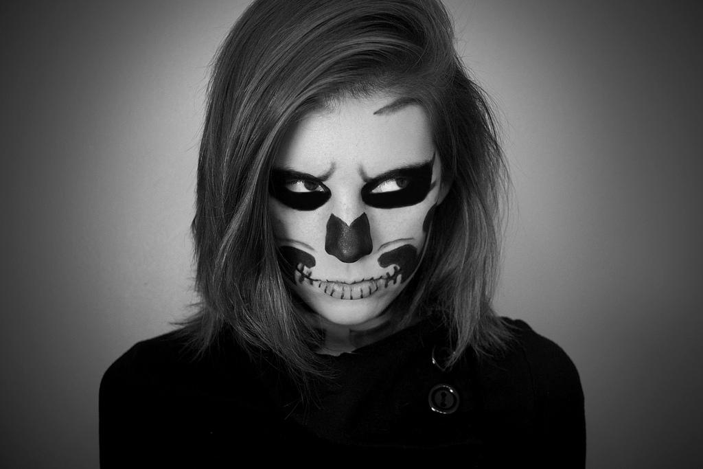 """Unde petrecem de Halloween și cât costă """"machiajul"""" de zombie"""