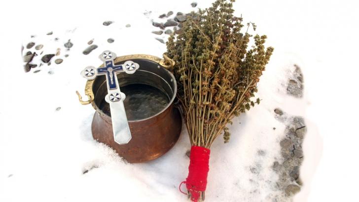 Tradiții și obiceiuri de Bobotează la Sibiu. Fetele își pun busuioc sub pernă, iar copiii botează animalele