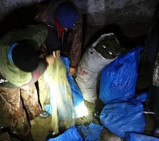 Rezultatul a zece ore de pândă, în beznă, târâș pe arătură: Trei braconieri din Vâlcea prinși cu un km de plasă pe Olt