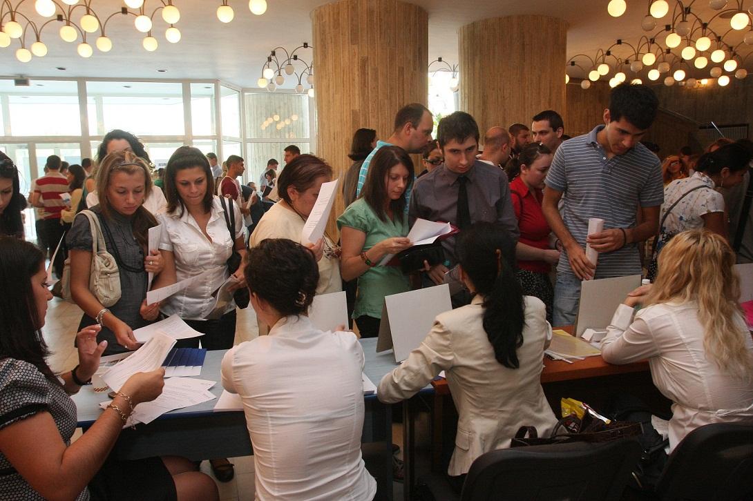 Aproape 800 de tineri au încercat să se angajeze la Bursa locurilor de muncă pentru absolvenţi
