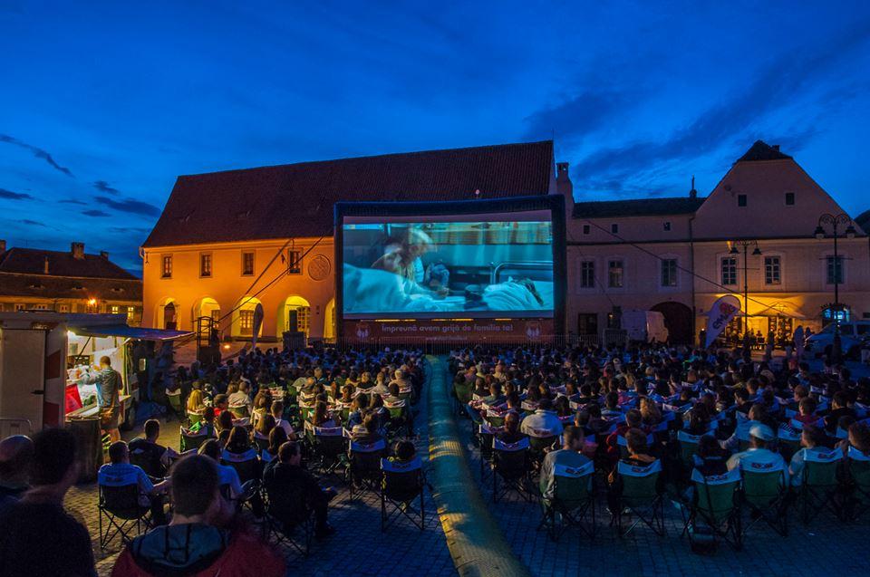 Cinema în aer liber în Piața Mică din Sibiu