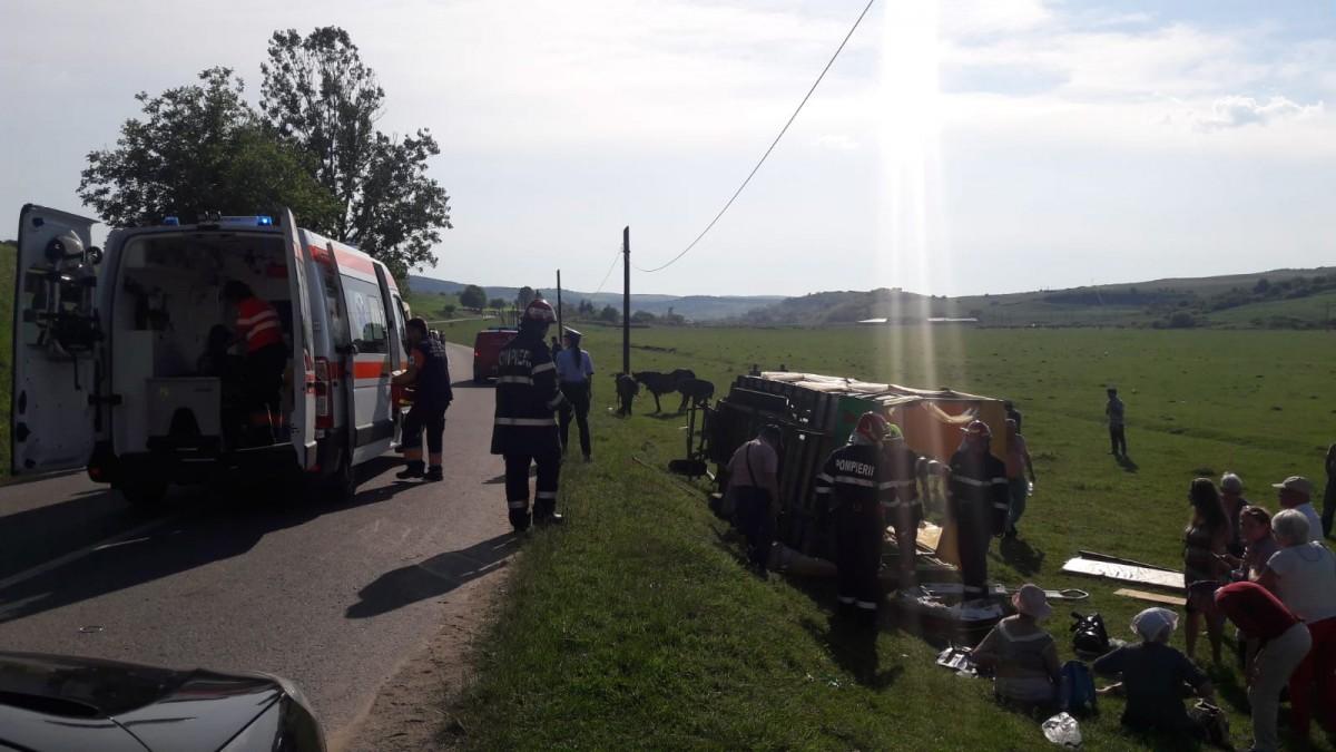ACTUALIZARE O căruță cu nouăturiști s-a răsturnat înjudețul Sibiu.Patru au ajuns la spital