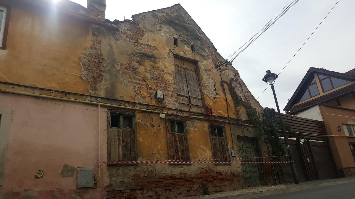 Actualizare: Casa în pericol de prăbușire din centrul istoric va fi demolată de Primărie | Foto și video