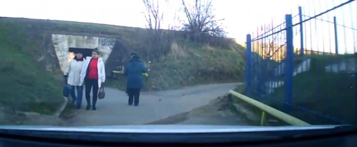 """VIDEO Casele fără drum. """"Înțeleg, acolo e trotuar, dar trebuie să circul spre casă…"""""""