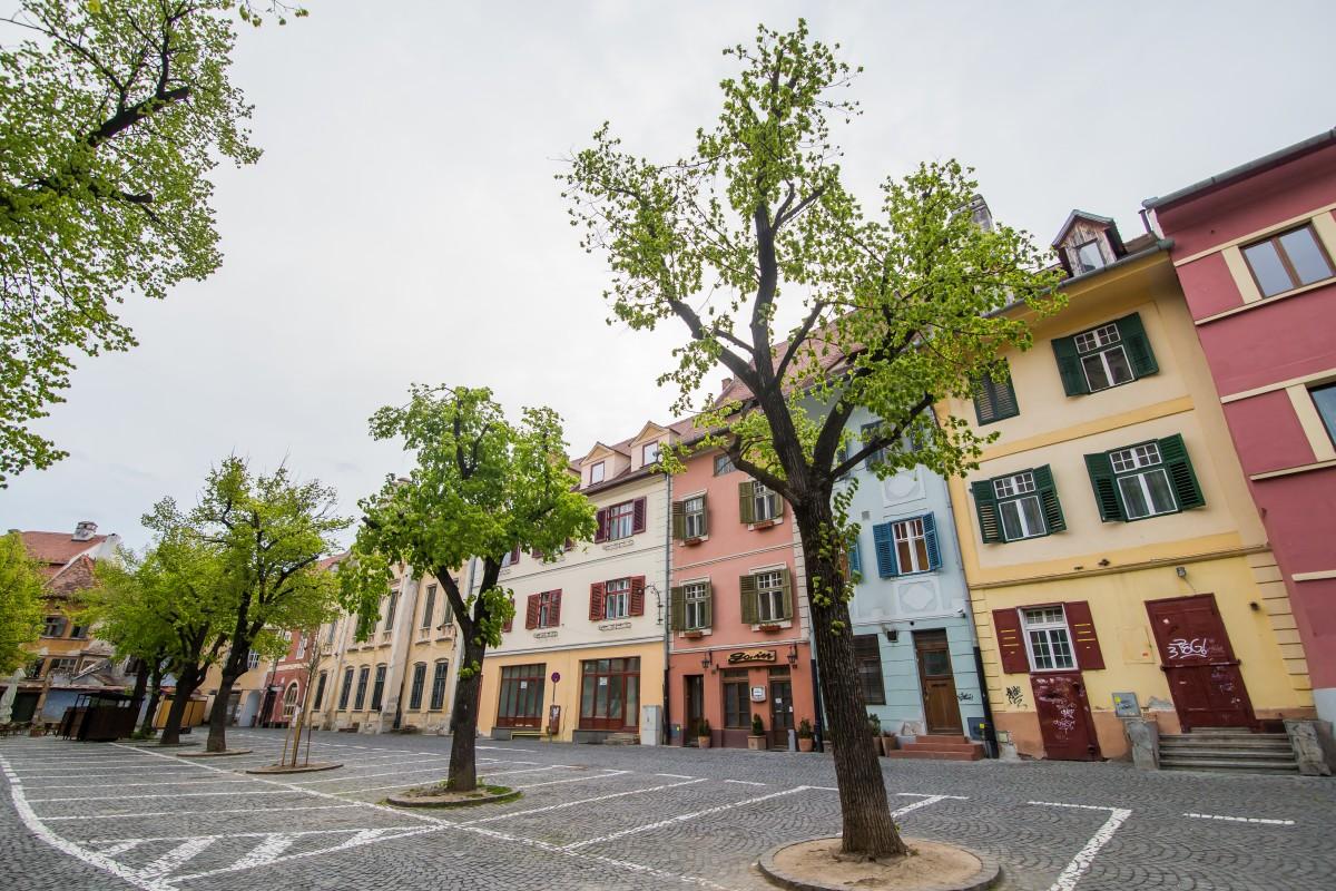 """Hotărâre: Piața Huet a devenit zonă pietonală. Consilier local: """"și noi unde mai parcăm?"""""""