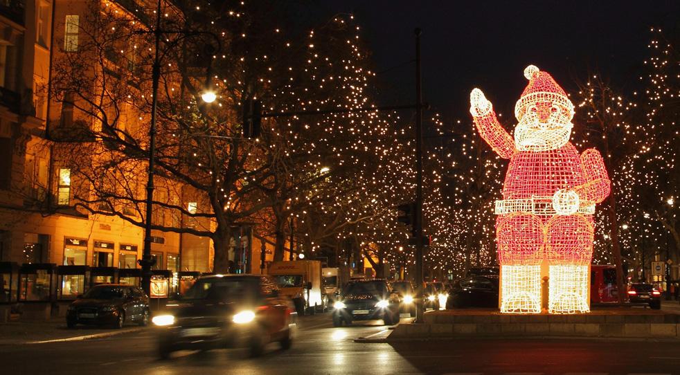 """Primăria cumpără noi instalațiipentru Crăciun: """"moș"""" de 4 m din leduri, cerb de 3, carpete mov, brad alb de 10 m"""