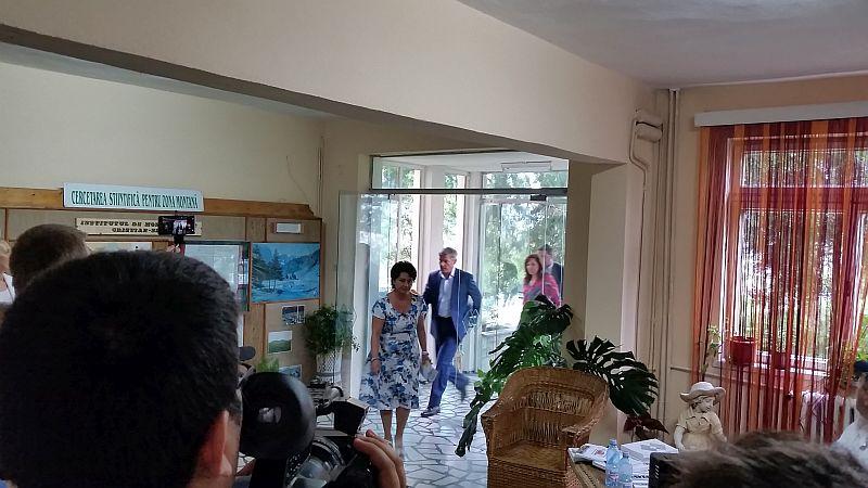 Premierul Cioloș a ajuns la Cristian. Se întâlnește cu mai mulți crescători de animale