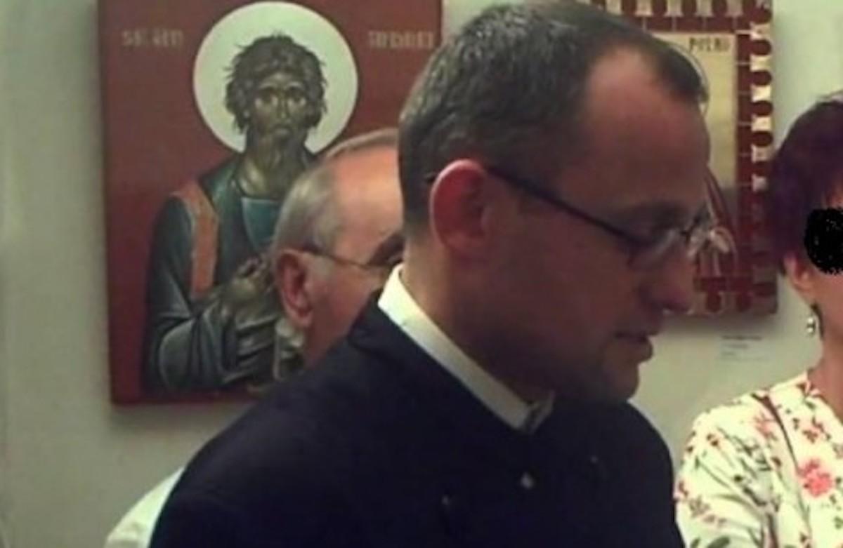 Poziția școlii în cazul preotului acuzat că se masturba la catedră: A fost vorba despre o mâncărime. E o interpretare proastă a imaginilor