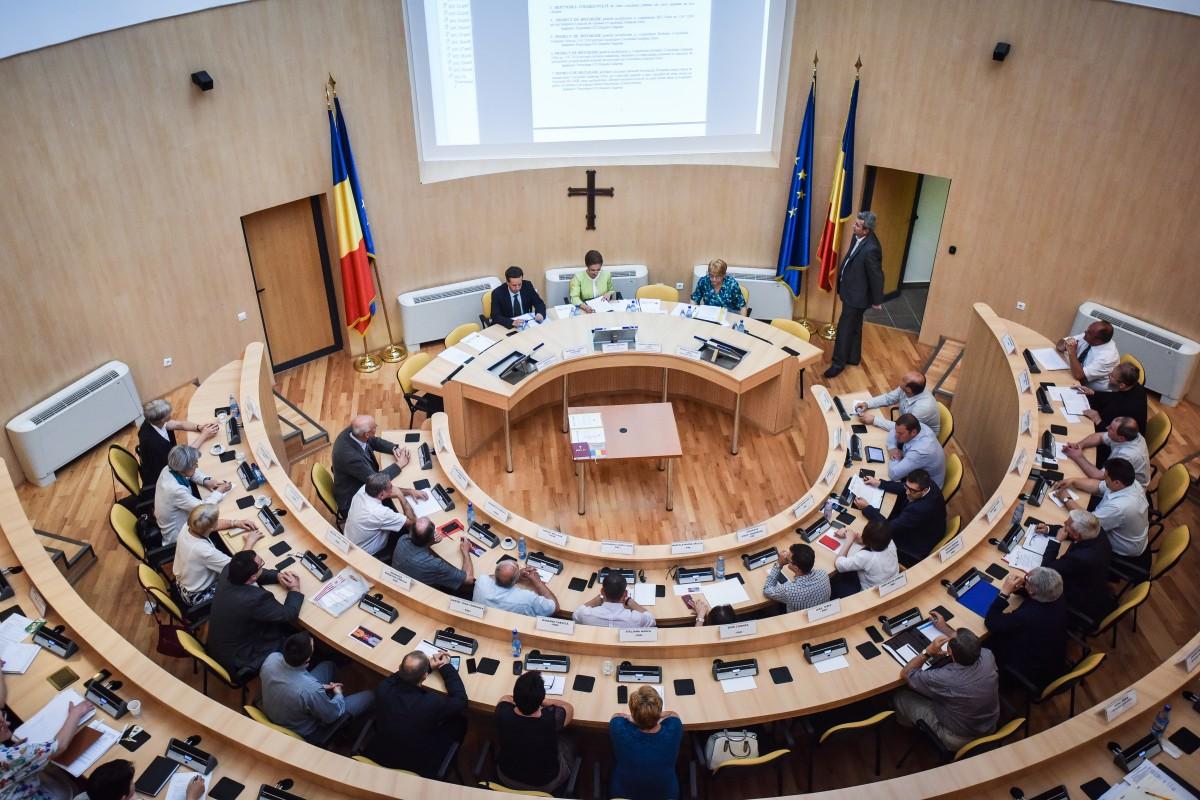 """Dosarul """"prăjiturilor de protocol"""": Consiliul Județean Sibiu angajează avocat cu 12.000 de lei pentru a recupera 1,8 milioane de lei"""