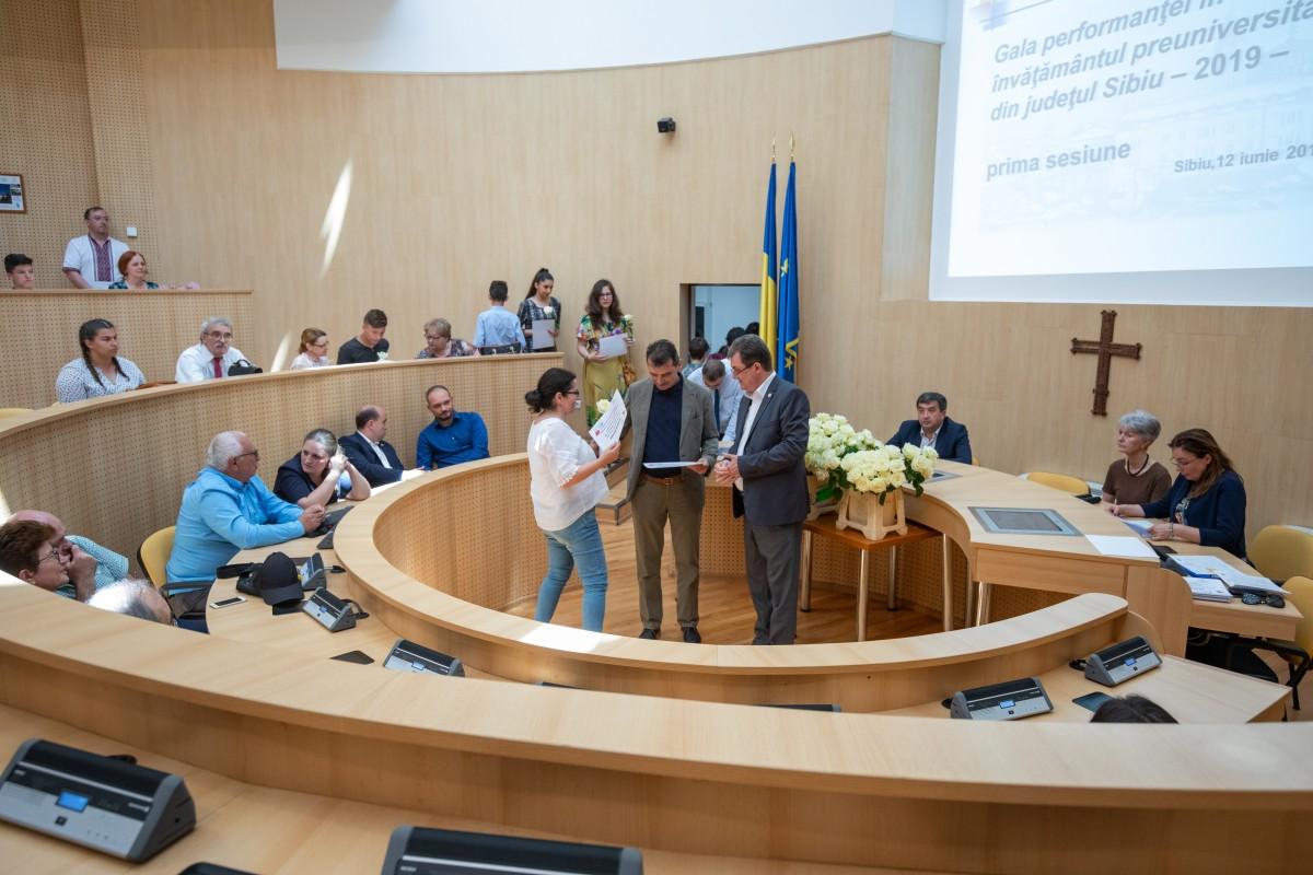 Bucurie, flori și premii în bani: Consiliul Județean Sibiu a răsplătit 170 de olimpici și profesori îndrumători din întreg județul