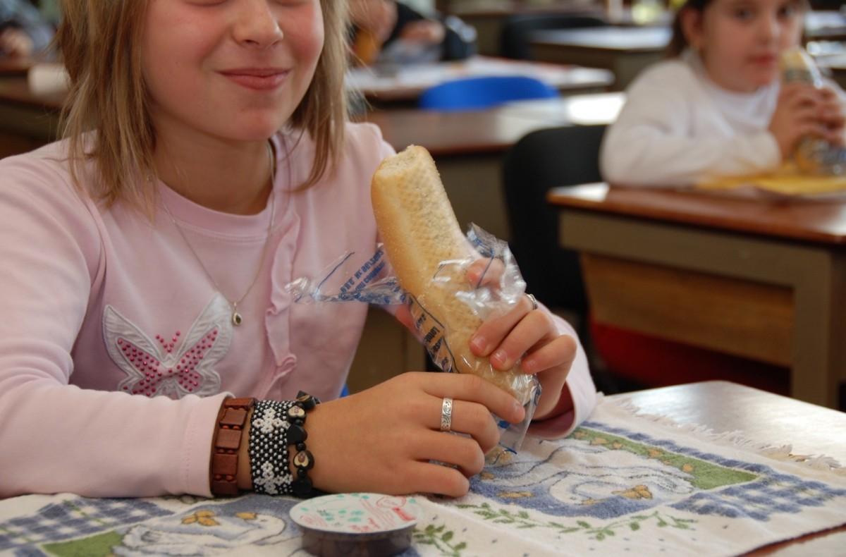 Copiii sibieni primesc laptele, cornul și merele peste două săptămâni