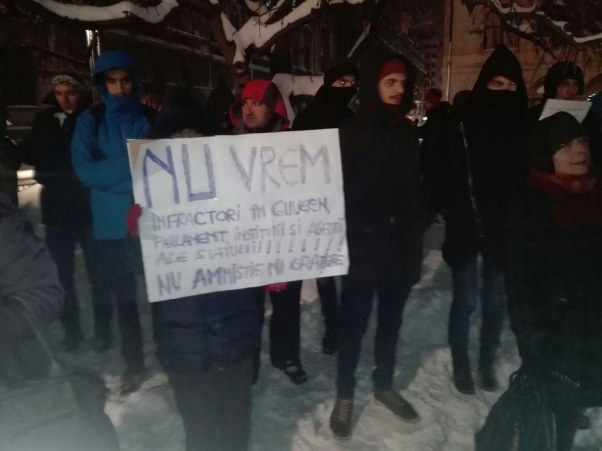 Proteste în frig la Cluj și București. Se cere demisia lui Victor Ciorbea | video