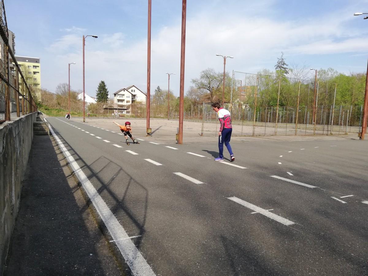 VIDEO Asfalt în loc de gheață. Sportivii din Sibiu se pregătesc pentru competiții într-un sat din Harghita