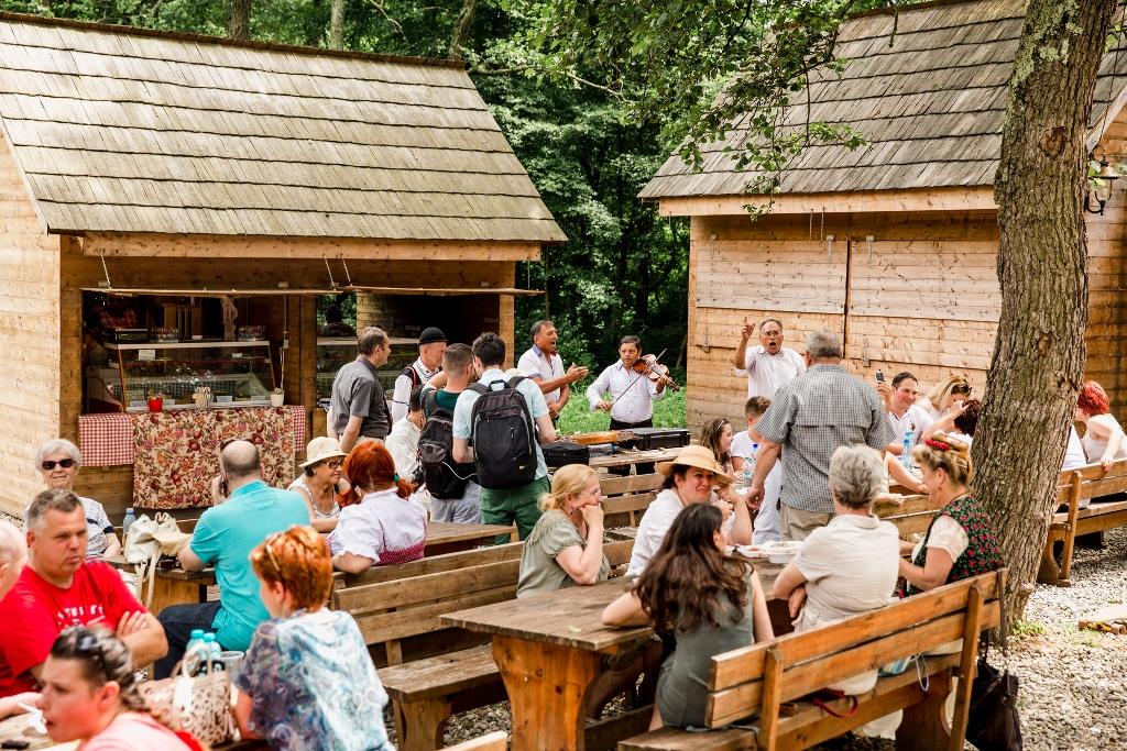 Peste 350 de meşteri populari în Dumbrava. Intrare liberă
