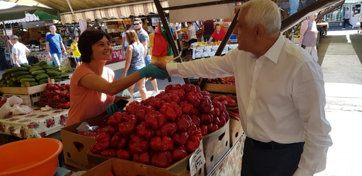 """Petre Daea, în Piața Cibin.""""În primul rând, oamenii mi-au mulțumit. În al doilea rând, am constatat dorința lor de a valorifica producția"""""""