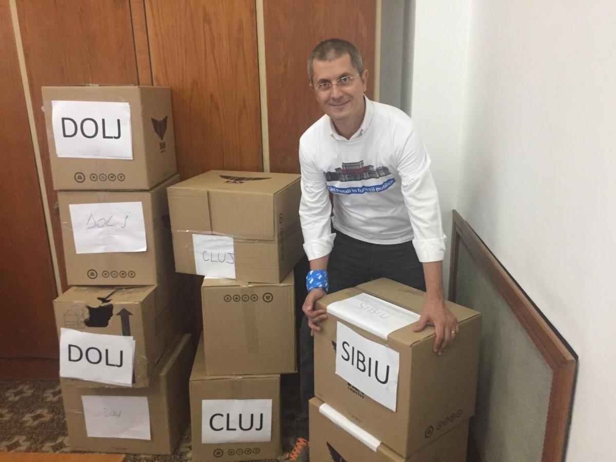 """Semnăturile sibienilor pentru campania """"Fără penali în funcții publice"""" au ajuns în Parlament"""