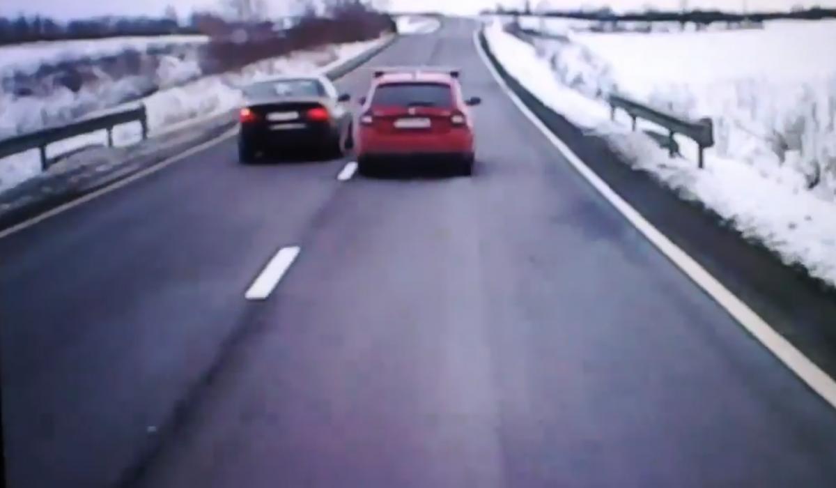 VIDEO Goană dementă. Un BMW, depășit pe dreapta în timp ce depășea