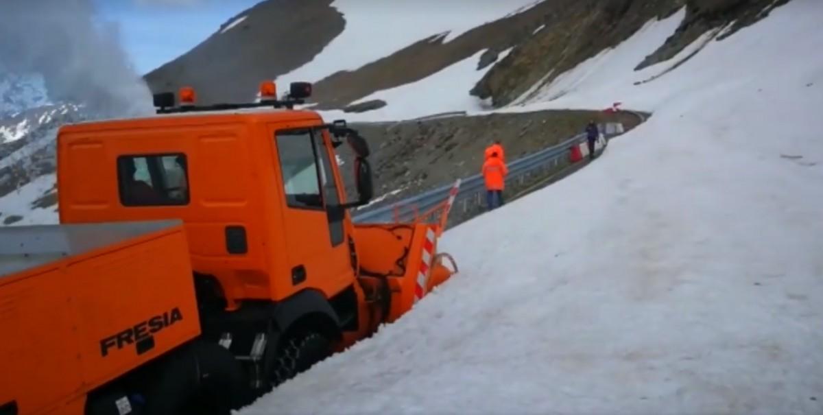 Video. Deszăpezire peTransalpina. În unele zone, zăpada măsoară peste trei metri