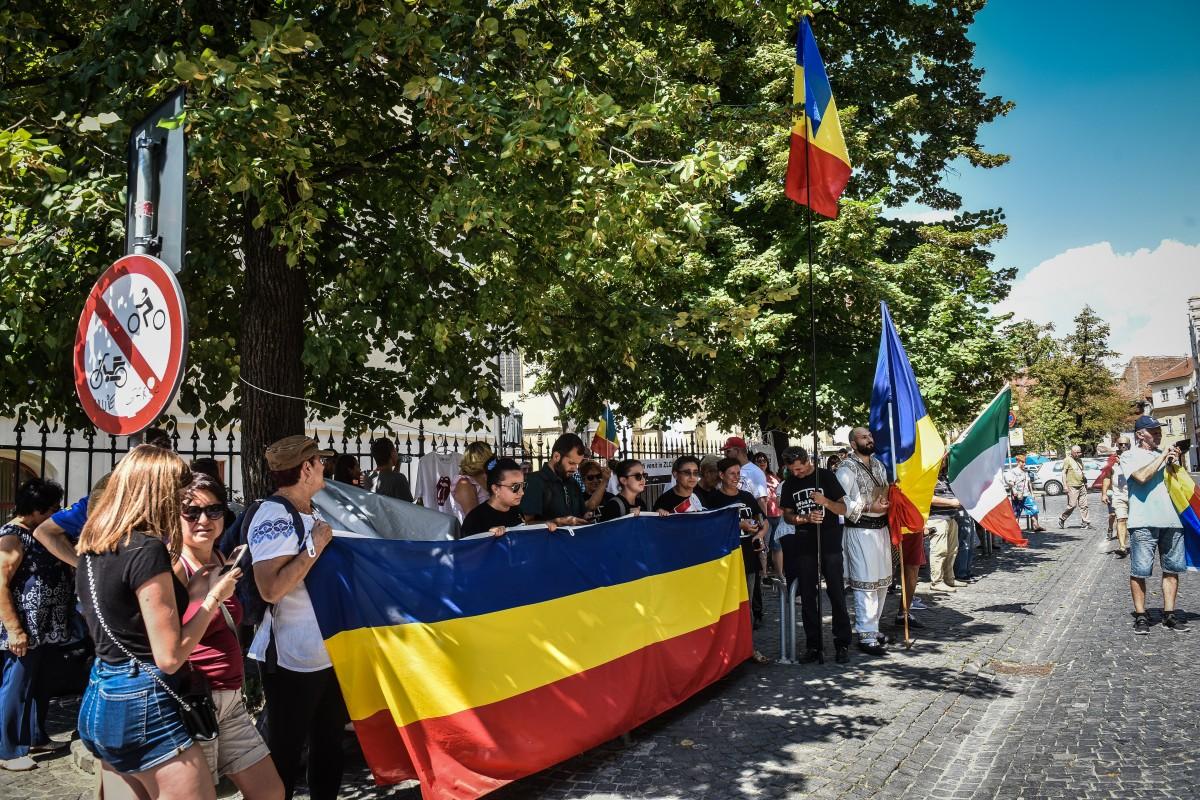 """Diaspora salută Sibiul! Câteva zeci de români plecați peste hotareau participat la flashmob-ul """"Vă Vedem"""""""