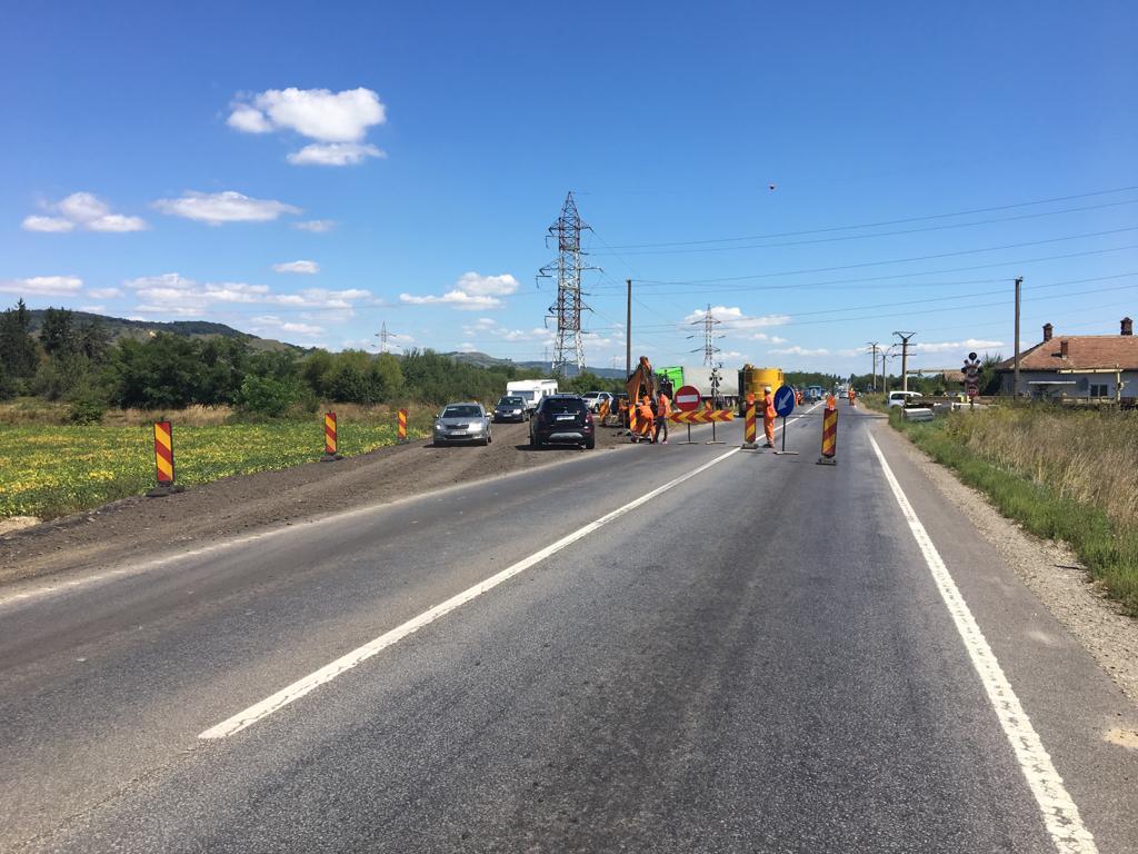 Traficredirecționat pe DN 1 aproape de limita județului Sibiu: se repară trecerea peste calea ferată