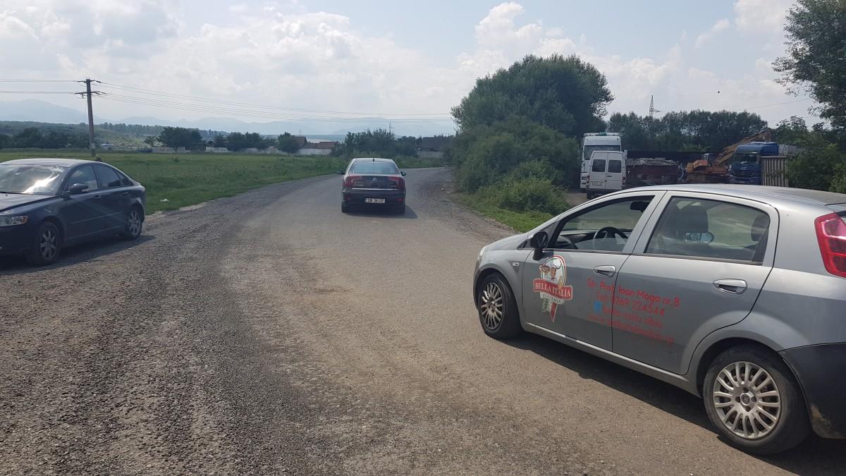VIDEO Asfaltul șoselei Alba Iulia, folosit pentru un nou drum, între Turnișor și Ștrand