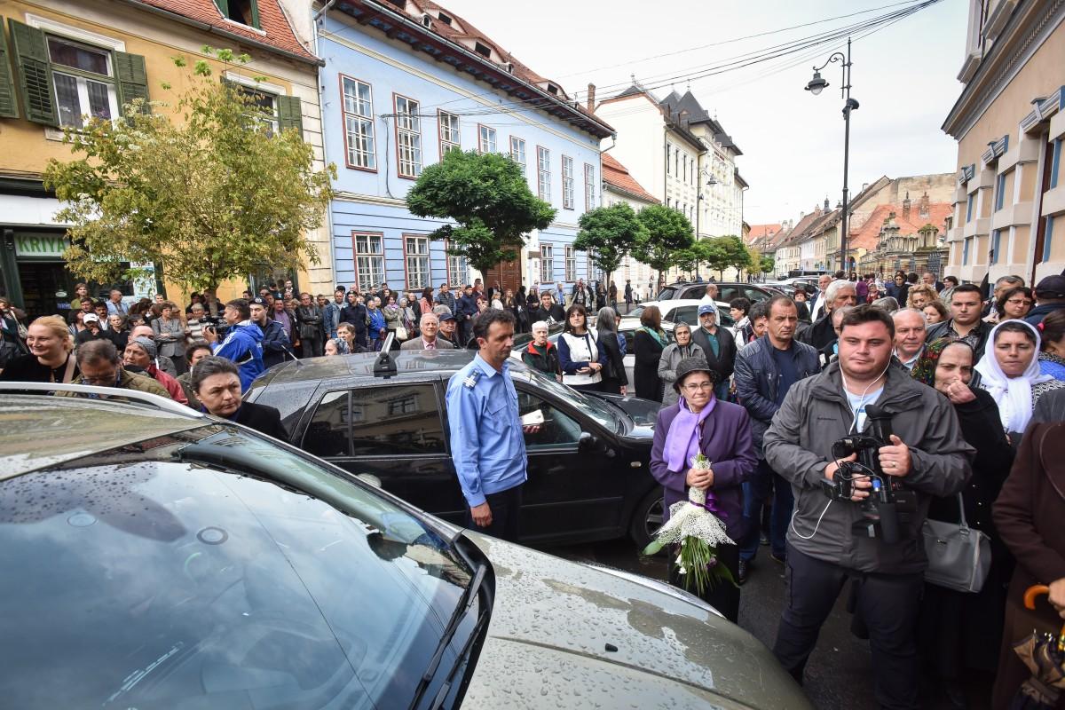"""VIDEO După coatele și pumnii care l-au """"escortat"""" pe Pomohaci la Sibiu, jandarmii caută unul dintre enoriași"""