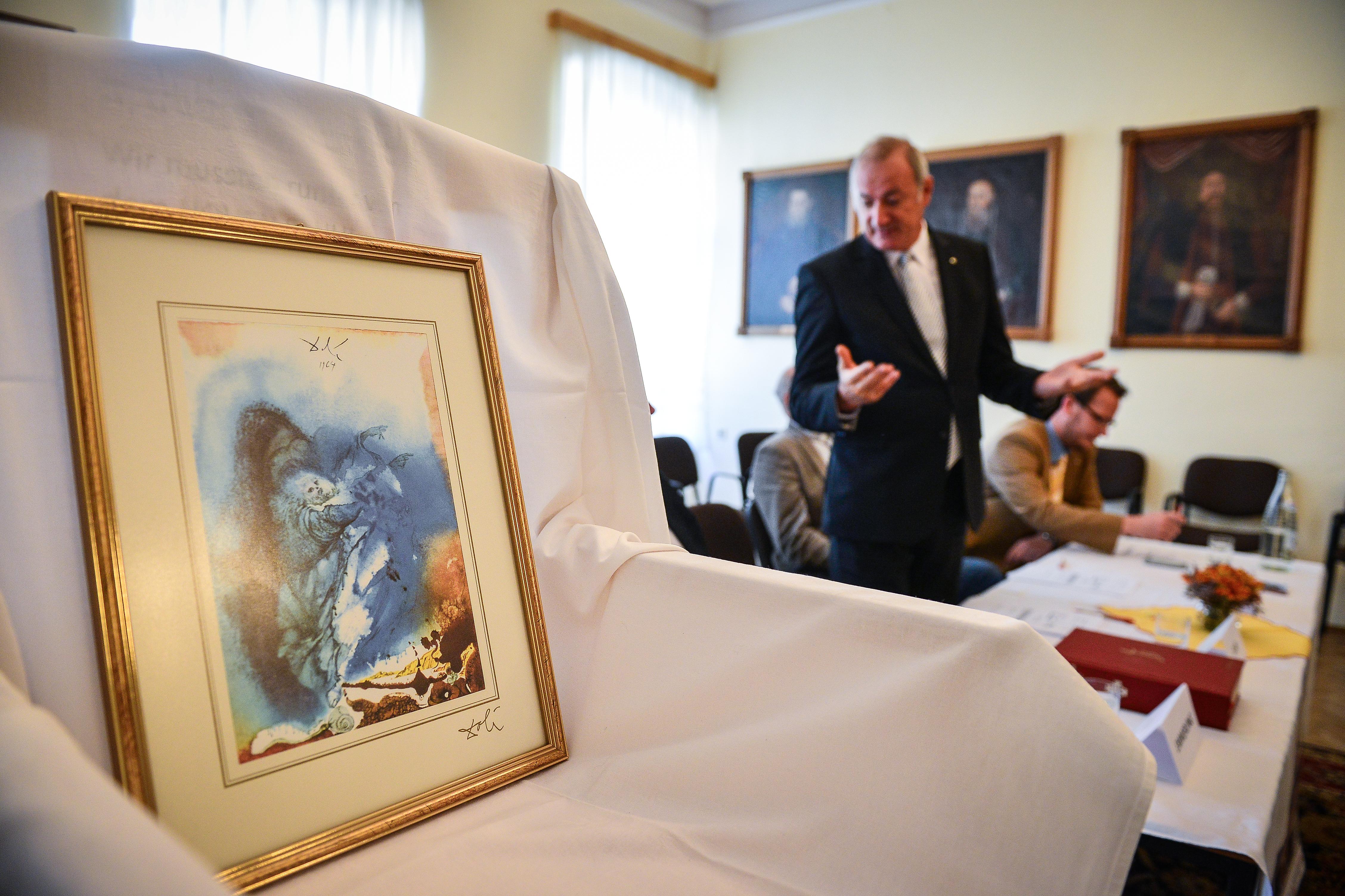 """De ce vor fi expuse lucrările lui Salvador Dali în cetățile fortificate? """"Pentru că le-am avut"""" / foto-video"""