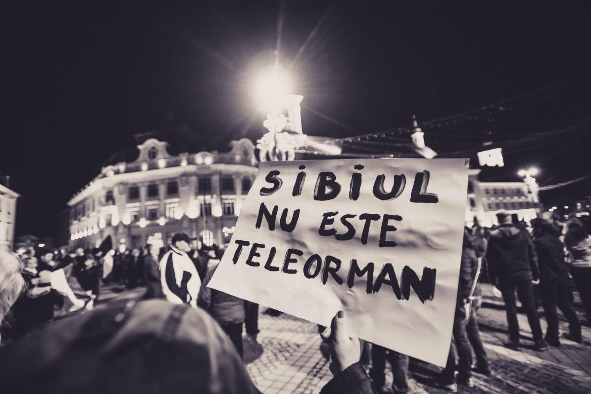 """Protest, astăzi, în Sibiu. """"Nu vrem să fim conduși de hoți. Dictatură sau Europa?"""""""