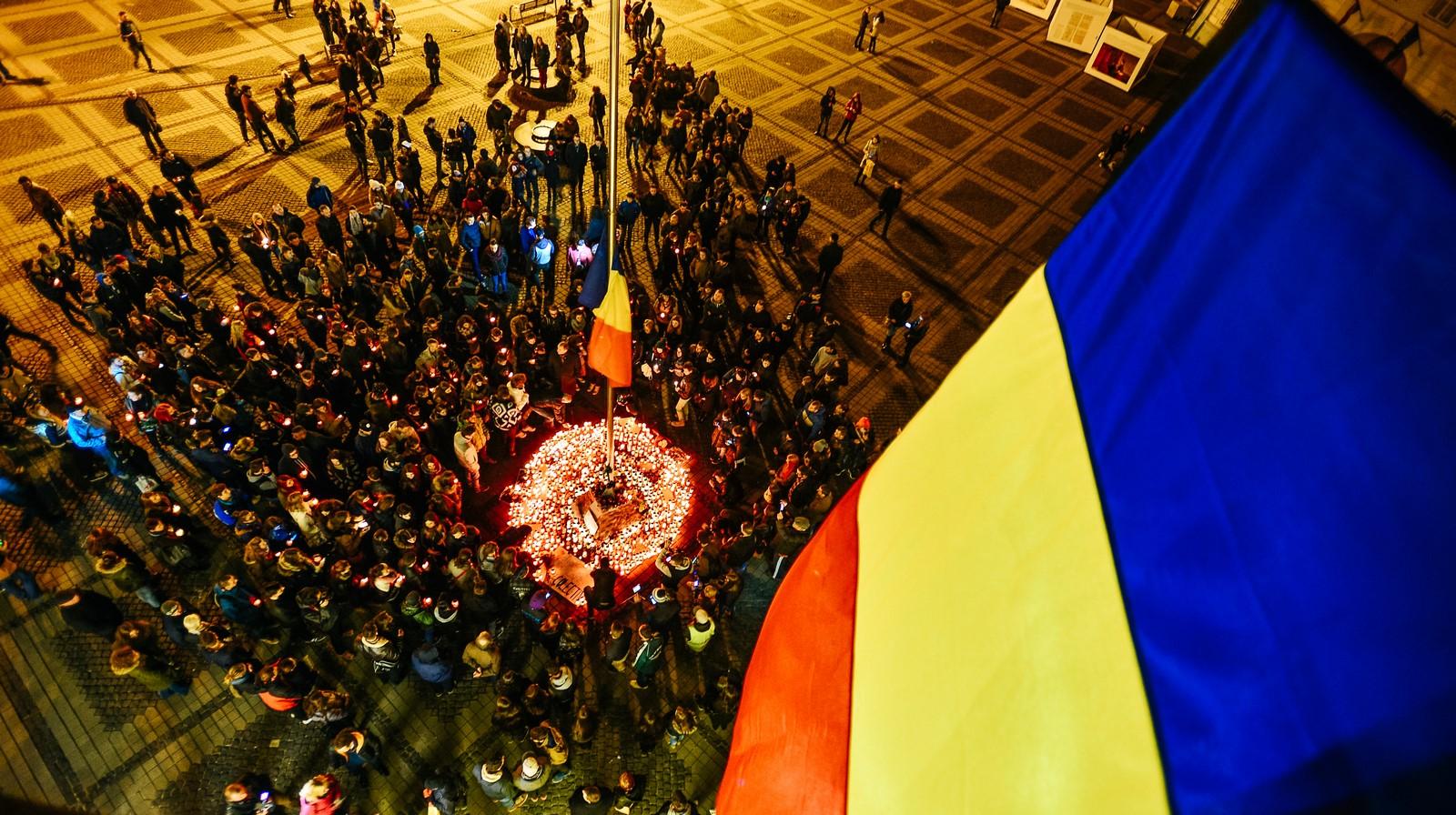 Marș al tăcerii: peste 1.000 de sibieni comemorează tinerii de la Colectiv / foto-video