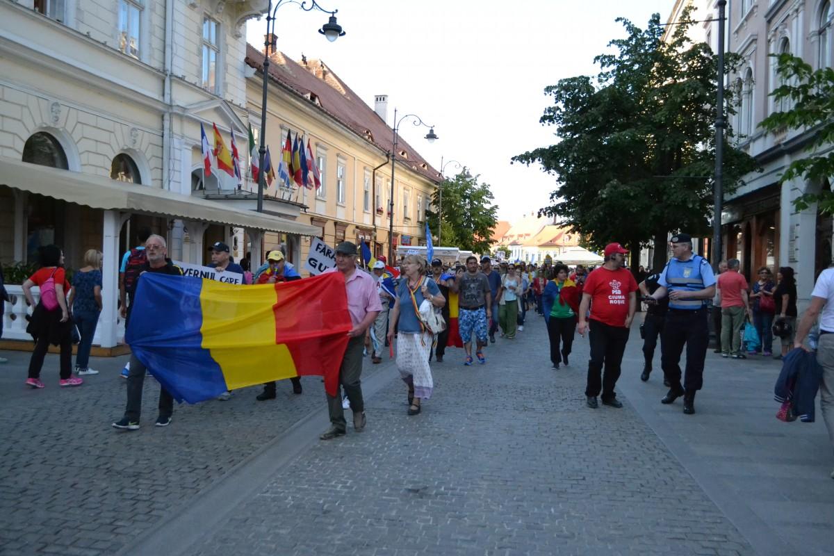 """Protestîn Sibiu. Aproape 300 de oameni au scandat """"Afară cu penalii de la guvernare"""""""