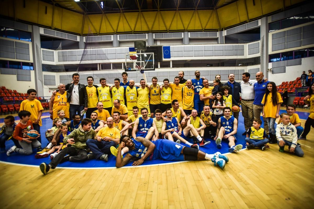 Distracţie ca-n curtea şcolii între CSU Sibiu şi CSU Fans. Fanii şi jucătorii şi-au luat rămas bun printr-un meci special