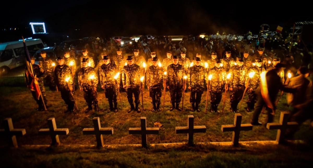 Soldații români au trecut Carpații, în aplauzele mulțimii. Simbolic, după 100 de ani | Foto Video