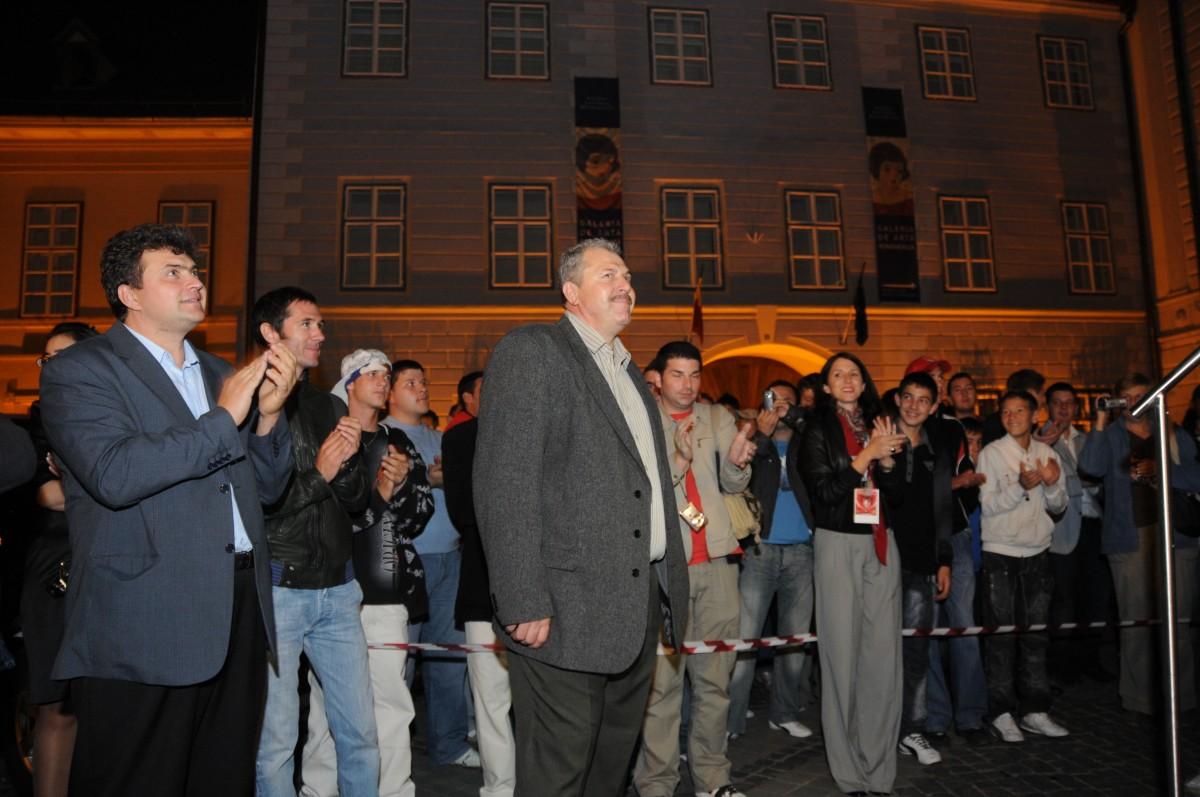 Duckadam vine la Sibiu pentru a se întâlni cu Tusk: cu o pereche de mănuși și niște palincă