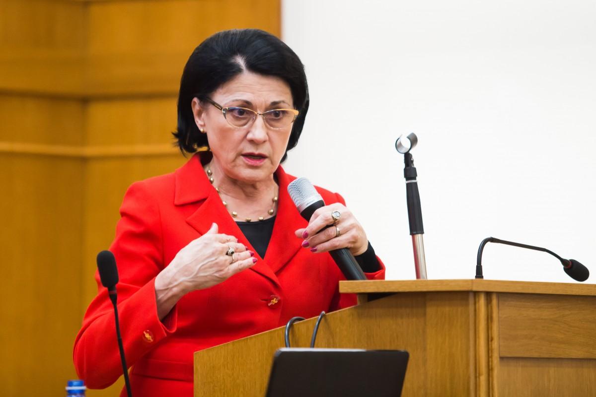 """Dăncilă a demis-o pe Andronescu de la Educație: """"afirmații lipsite de înțelegere a cazului de la Caracal"""""""