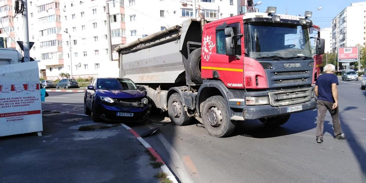 ACTUALIZARE Piața Rahovei. Giratoriul în care lipsa marcajelor și ignoranța șoferilor duce la accidente