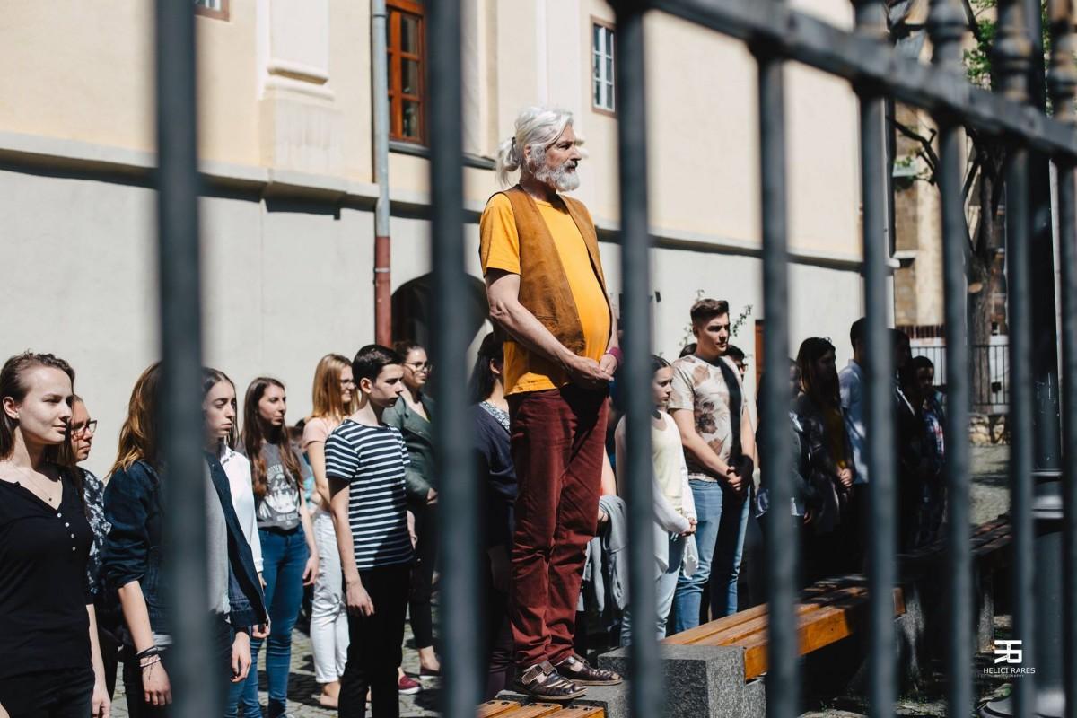 #văvedem din Sibiu. Elevii de la Brukenthal ieșiți la protest desfășurau o activitate la ora de istorie
