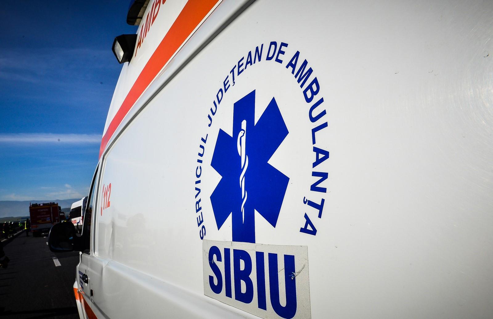 Un biciclist a intrat într-o ambulanță pe DN 14. Bărbatula murit la spital