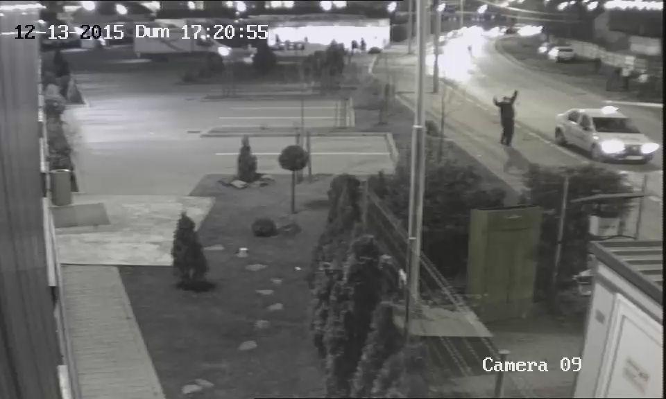 VIDEO Băiețel de 11 ani, lovit grav de mașină în timp ce încerca să fugă de o haită de câini