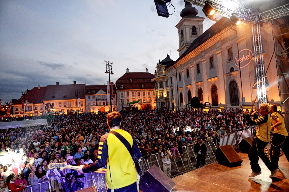 FITS în prima zi: Sibiul se transformă într-o scenă de teatru, concerte și dans