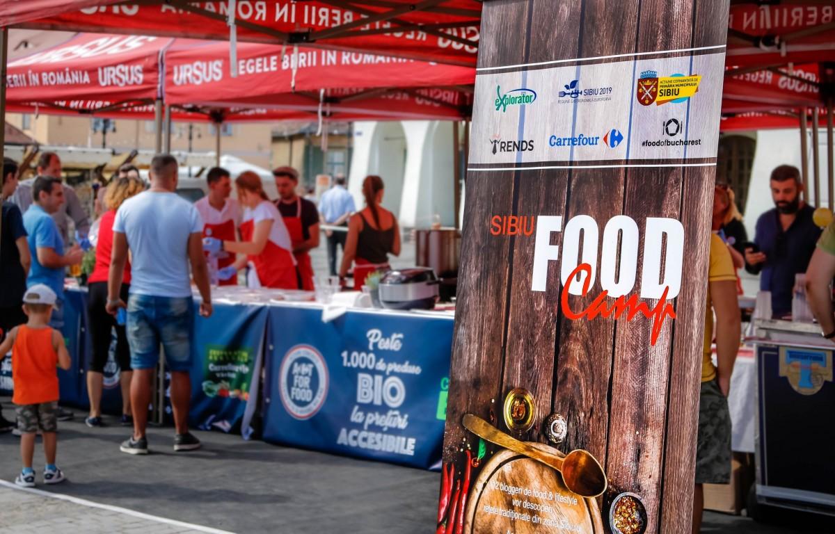 12 bloggeri de food din București au gătit și servit gratuit în Piața Mică din Sibiu (P)