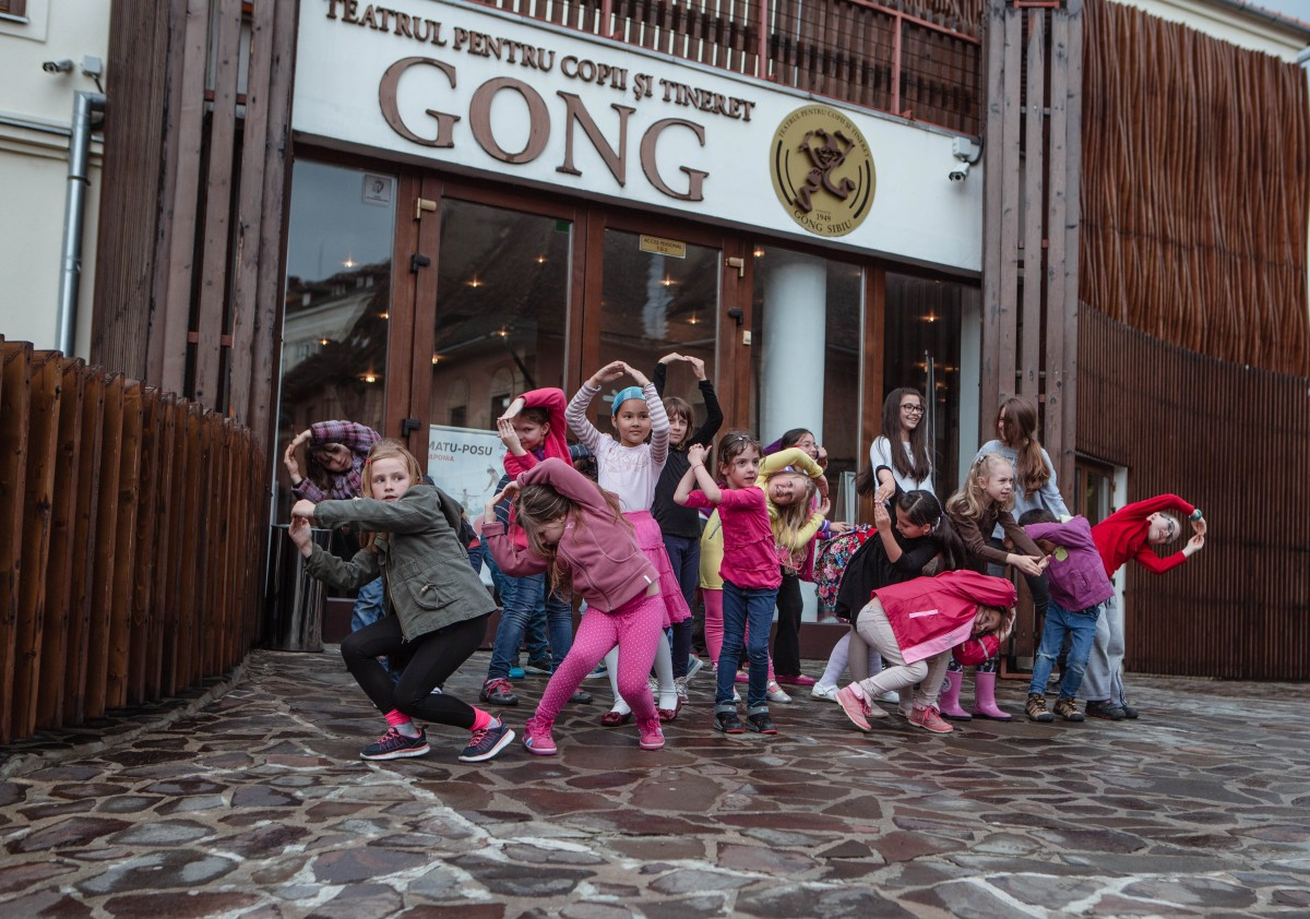 Copiii și adolescenții învață să danseze și să gătească. La Festivalul Tânăr de la Sibiu