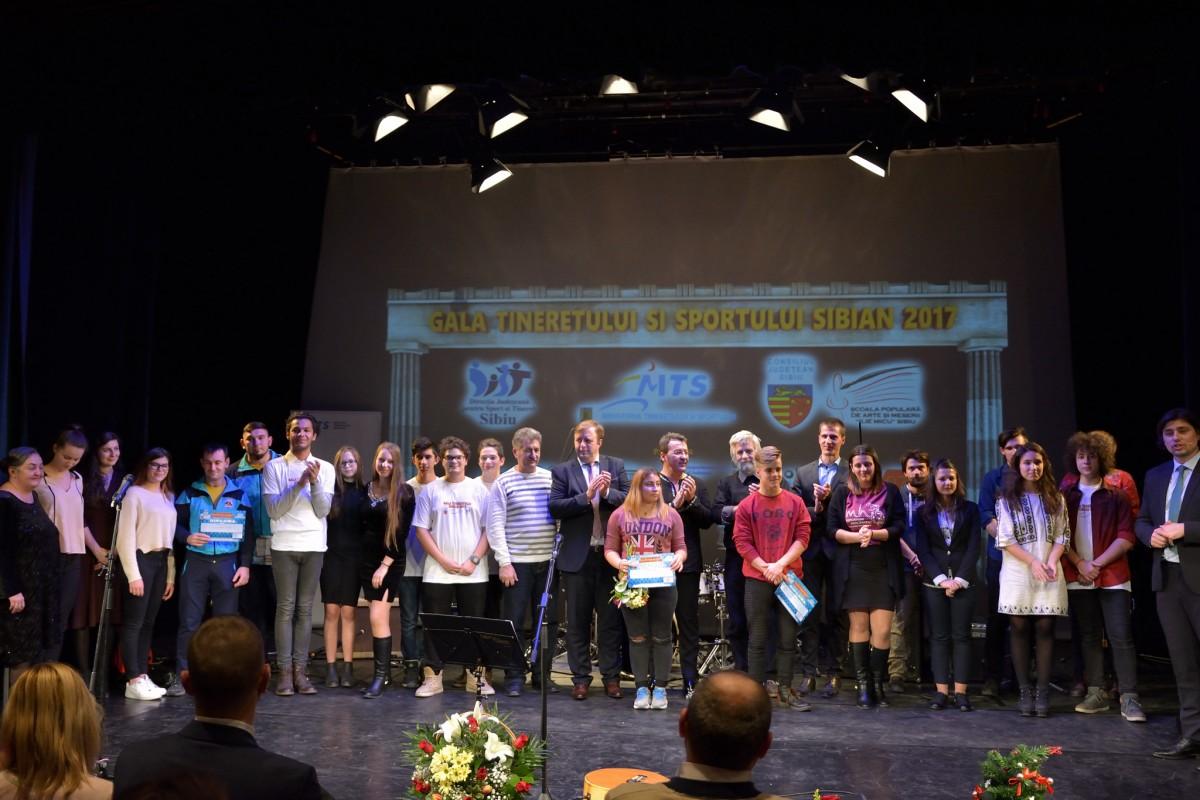 Tinerii sibieni au fost premiați. Pentru voluntariat și proiecte implementate