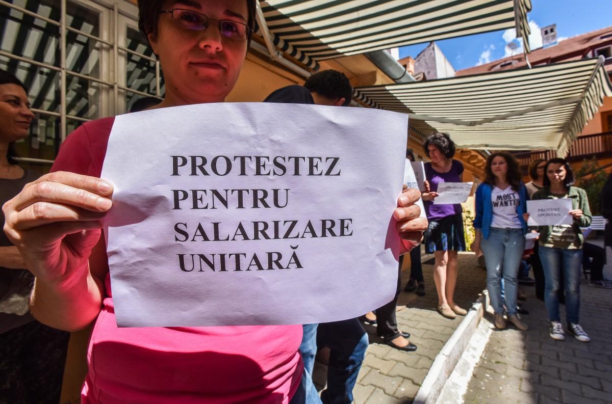 Val de proteste: Angajații Primăriei au închis din nou birourile. Funcționarii Protecției Sociale au inițiat și ei primul protest | Foto