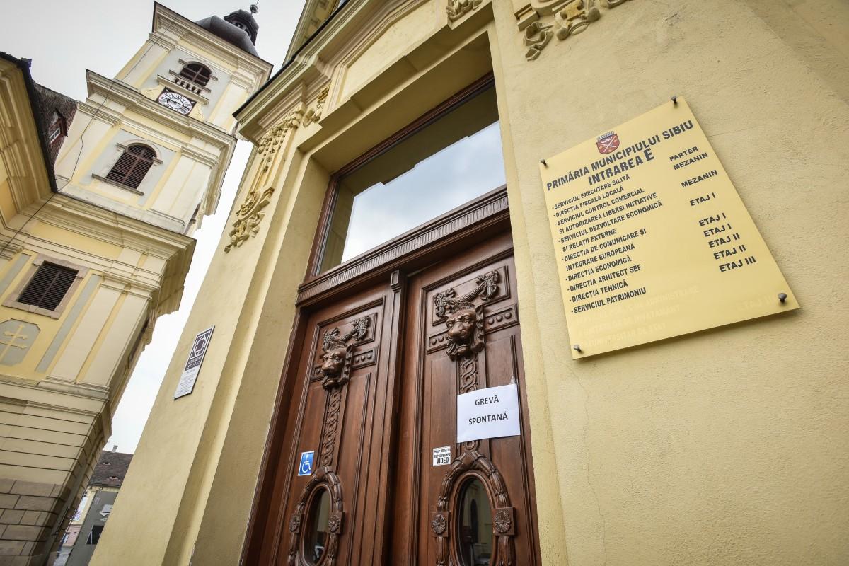 Angajații Primăriei Sibiu au intrat în grevă spontană. Nu vor ca salariile să le fie stabilite de Consiliul local